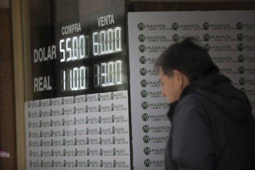 Peso argentino sigue en caída y el riesgo país llega a máximo histórico
