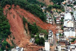 Bencana alam longsor yang menimbun bangunan di bawahnya