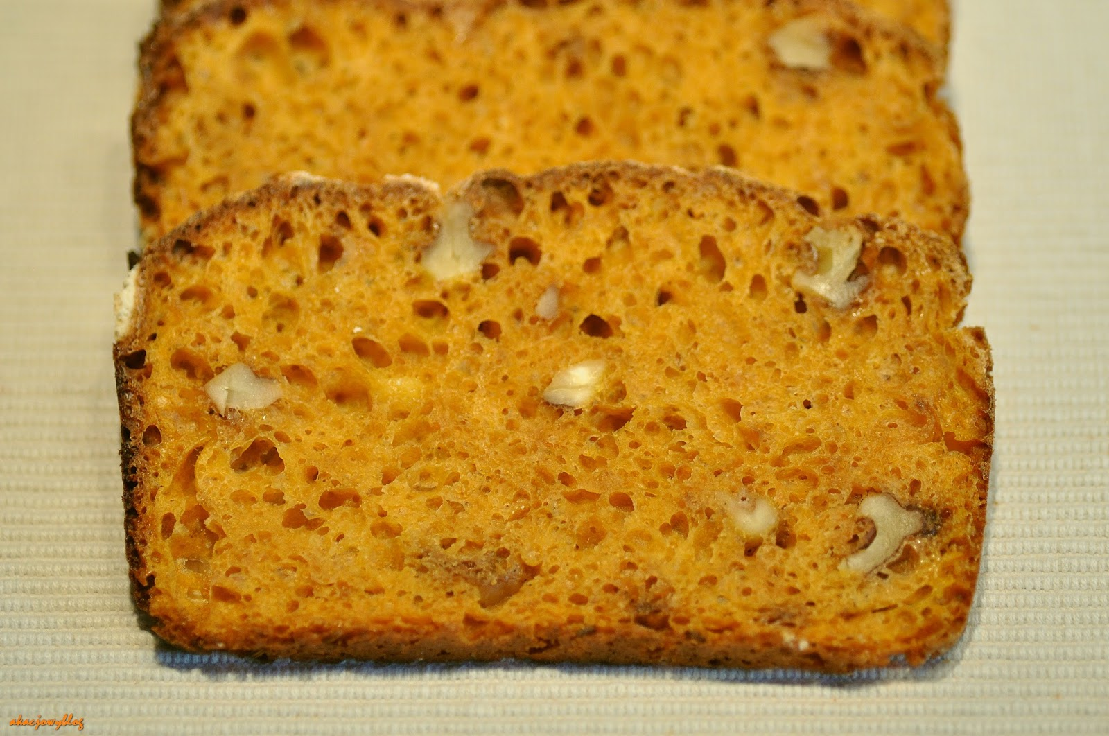 W pomarańczowej tonacji - chleb marchwiowy i nasz ptasi ulubieniec.
