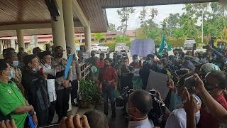 Pimpinan DPRD Sambas Abu Bakar Menyampaikan Komitmennya Didepan Masa Buruh