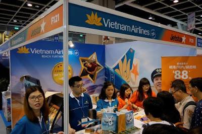 Rất đông hành khách xếp hàng tham quan, đăng ký mua vé máy bay tại gian hàng chung của Vietnam Airlines và Jetstar Pacific