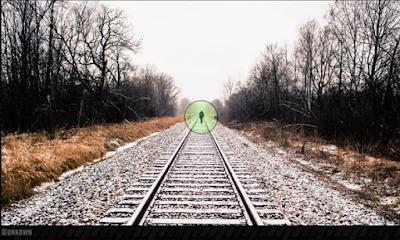 شخص يقف من بعيد على خط سكة حديد