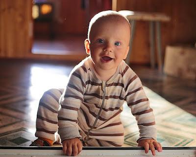 bayi 8 bulan belum tumbuh gigi dan merangkak