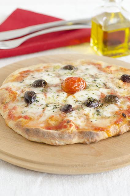 Pizza margherita con olive taggiasche
