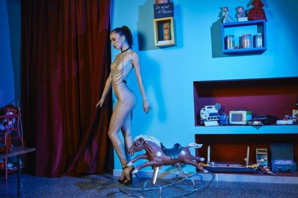 modelo filipina italiana Kitrysha fotografia Gianluca Bonanno sensual provocante nudez quarto brinquedo bonecas In The Raw