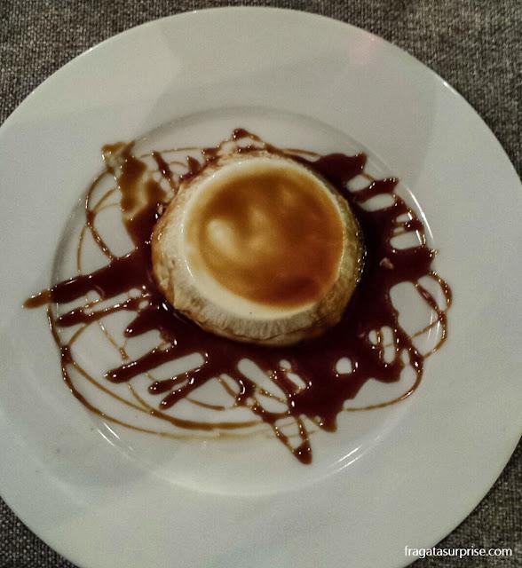 Panna cotta com calda de caramelo servida no Restaurante Dar Sor Olimpio al Drago, no Trastevere, Roma