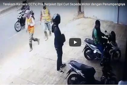 Wow! Pria Berjaket Ojol dan Penumpangnya ini Terekam Kamera CCTV Curi Sepeda Motor