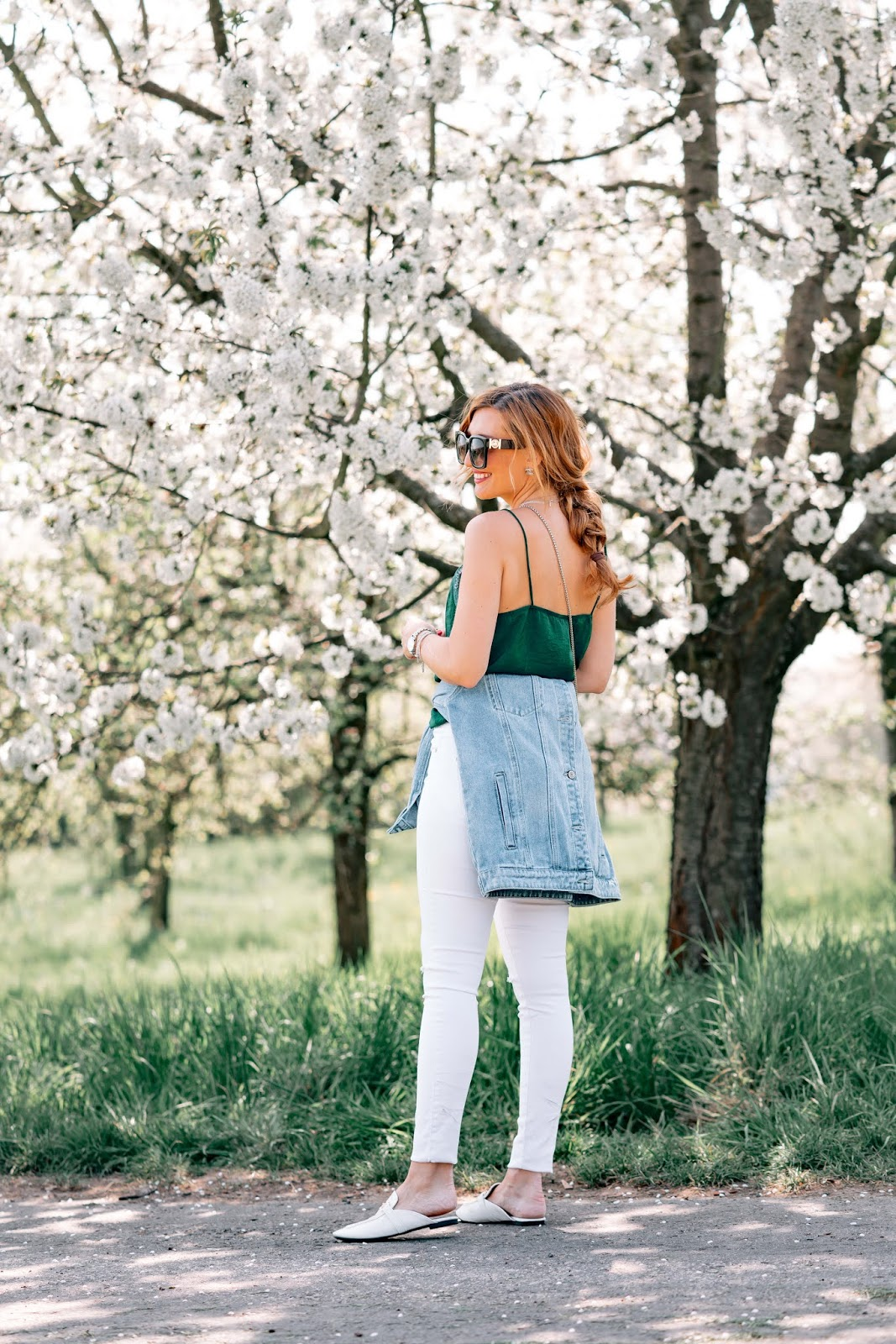 Satin-pflegen-outfitinspiration-weiße-hose-kombinieren-satin-top-kombinieren-fashionstylebyjohanna-Frühling-sommeroutfit-inspiration (6)