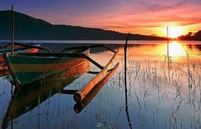 menikmati sunset di danau beratan bedugul