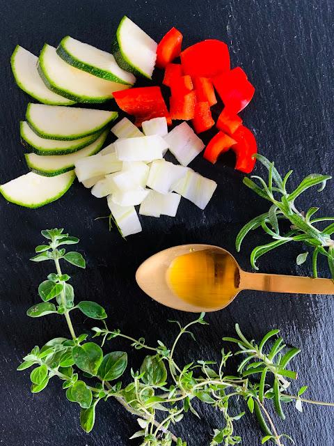 Gemüsepäckchen in feinem Kräuter-Öl #Rezept #glutenfrei #vegan, Sommerrezept, Olivenöl, Franz & Co., Zucchini, Fenchel, Paprika, mediterran, Sommer