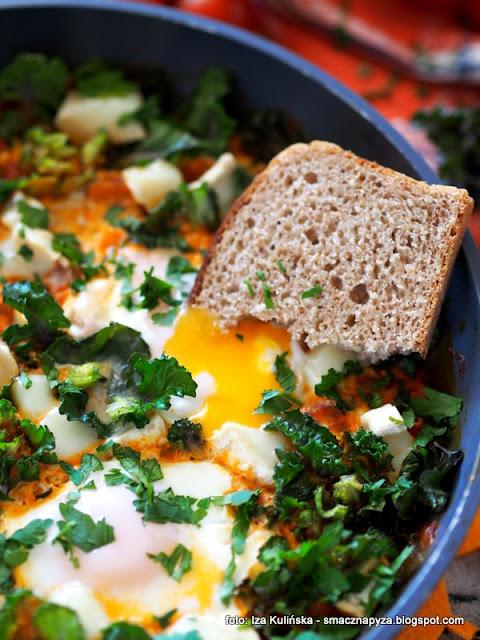 shakshouka , jajka na pomidorach , pomidory duszone ,  kozi ser , kalerosse , śniadanie , z patelni , domowe jedzenie , jaja , najlepsze przepisy