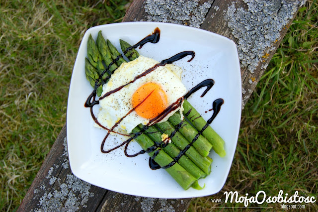 szparagi z jajkiem sadzonym