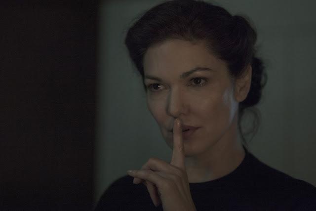 Inside Miguel Angel Vivas Femme posant doigt bouche