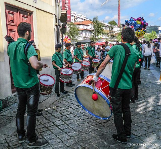 Grupo de bombos na Festa de São Gonçalo de Amarante, Portugal