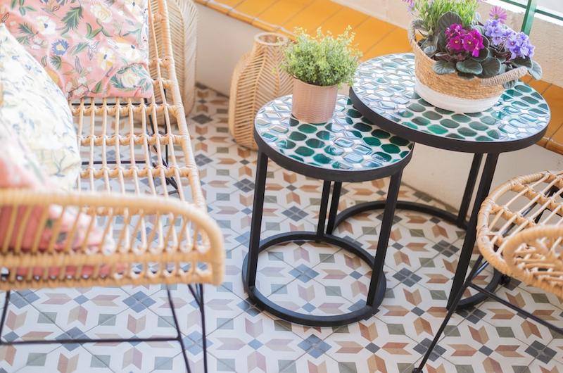 Terraza con silla de fibra natural