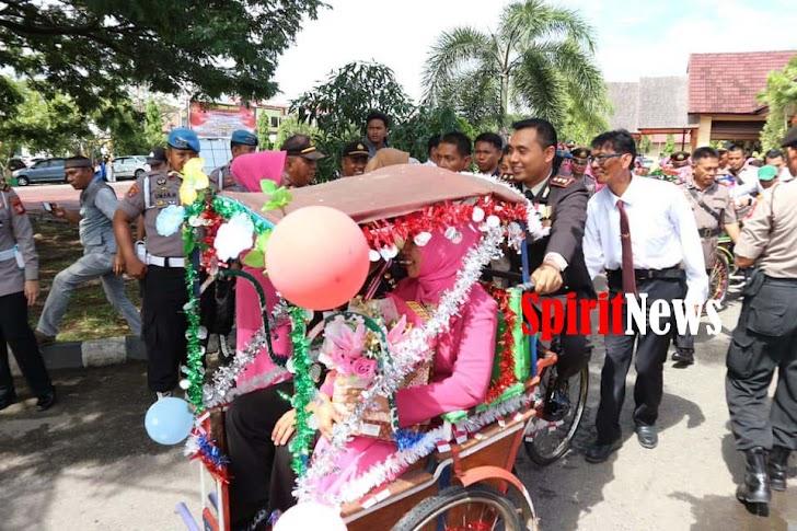 Kapolres Pinrang, Mengayuh Becak Melepas 8 Personil Yang Purna Bhakti  