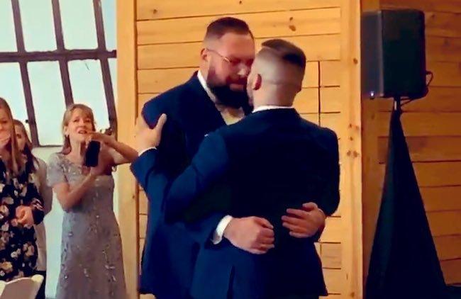 """Lutador de luta livre, Mike Parrow casa com o noivo: """"O casamento foi perfeito!"""""""