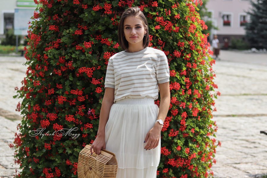 biały look i drewniany koszyk