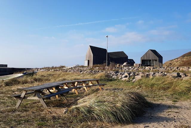 Faszinierende Felsen, wunderschöne Häfen und eine knallgelbe Kirche: Eine spannende Tour durch den Norden von Bornholm. Ich nehme Euch mit auf unseren Tages-Ausflug, den wir als Familie mit Kindern während unseres Urlaubs unternommen haben, und zeige Euch die einzelnen Stationen sowie Sehenswürdigkeiten von Nord-Bornholm.