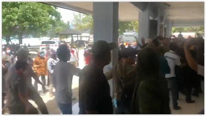 Rapat Pleno KPUD Pesibar Berujung Ricuh