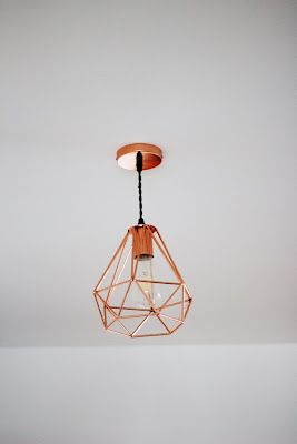 Nowoczesna miedziana lampa do salonu