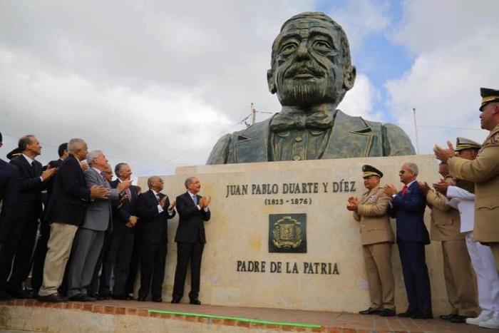 Busto de Duarte genera ola de críticas por su parecido a Danilo Medina