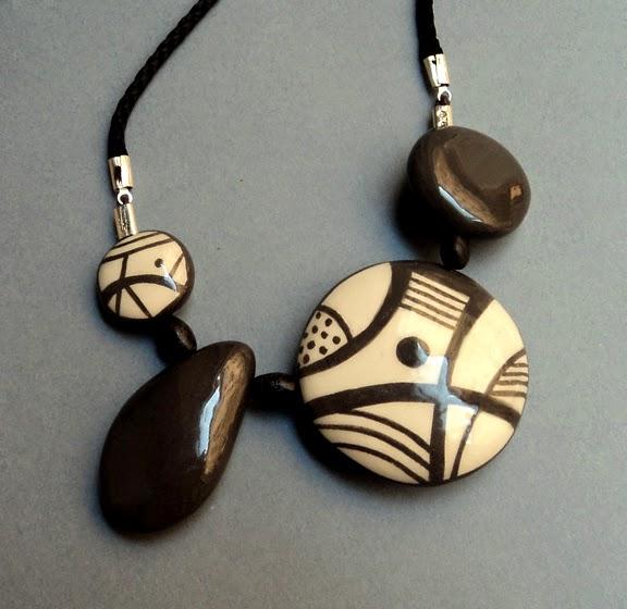 collier chic de créateur avec graphisme noir et blanc sur galets