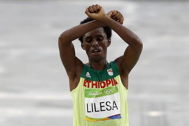 Porqué el gesto con las manos de este atleta etiope podría hacer que lo mataran