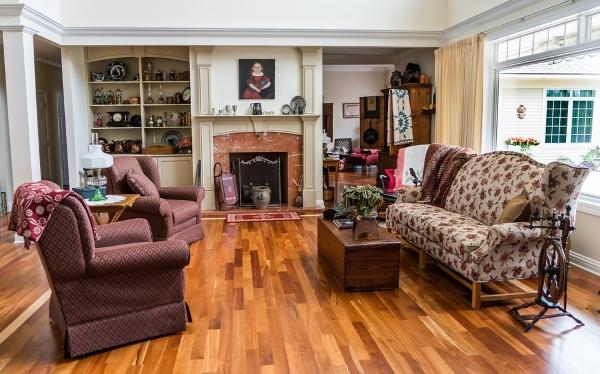 pavimento-legno-venature-arredamento-soggiorno