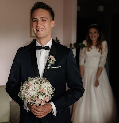 Uśmiech Pana Młodego tuż przed ujrzeniem Panny Młodej po raz pierwszy w sukni ślubnej.