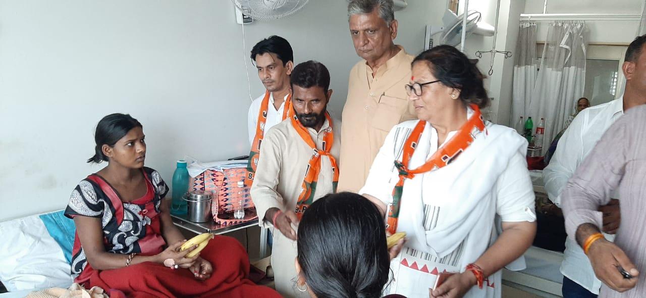 मरीजों को फल वितरित कर विधायिका सीमा त्रिखा ने मनाया प्रधानमंत्री मोदी का जन्मदिन