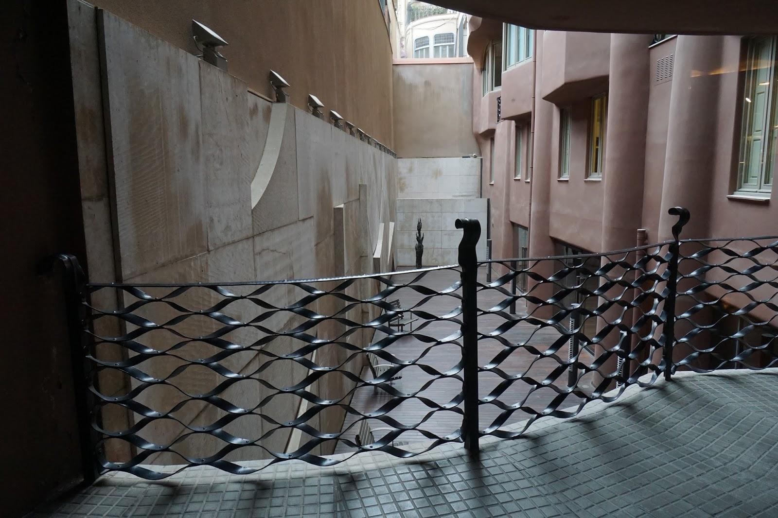 カサ・ミラ(Casa Milà) 曲線の渡り廊下