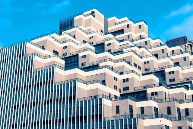 """Ông Hoàng, cư dân sống tại tòa nhà độc nhất vô nhị, nói: """"Mỗi căn hộ đều có sân thượng lớn và tôi đặc biệt thích điều đó. Bạn bè tôi thường đến nhà và ngồi chơi trên sân thượng. Chúng tôi sẽ uống trà và thư giãn"""". Nhiều người còn nói rằng đây sẽ là địa điểm hấp dẫn cho một bộ phim viễn tưởng."""