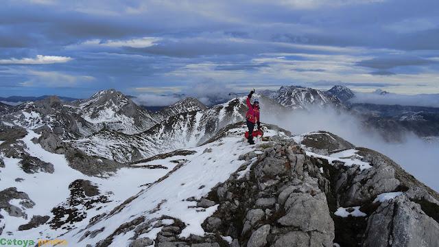 Celebrando cima en lo alto de La Cervata en la Montaña de Babia.