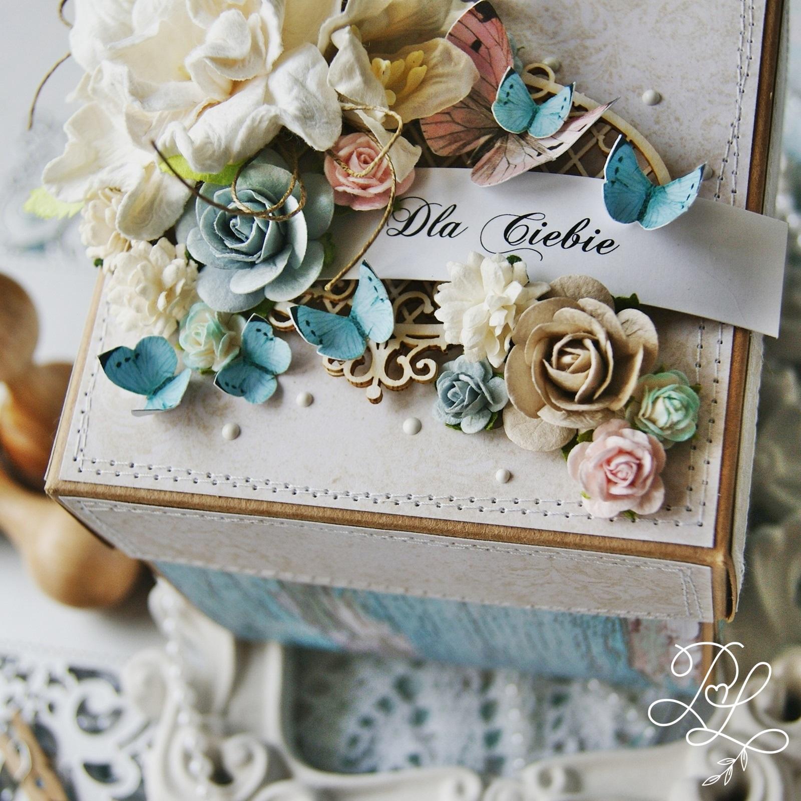 Wyjątkowy, oryginalny exploding box z warstwowymi kompozycjami i dużą ilością kwiatów oraz motyli - Papierowe Love - sklep papierniczy i pracownia rękodzieła Katarzyna Rajczakowska.