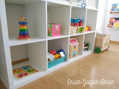 En un ambiente montessori los materiales deben estar en estanterias bajas y al alcance del niño.