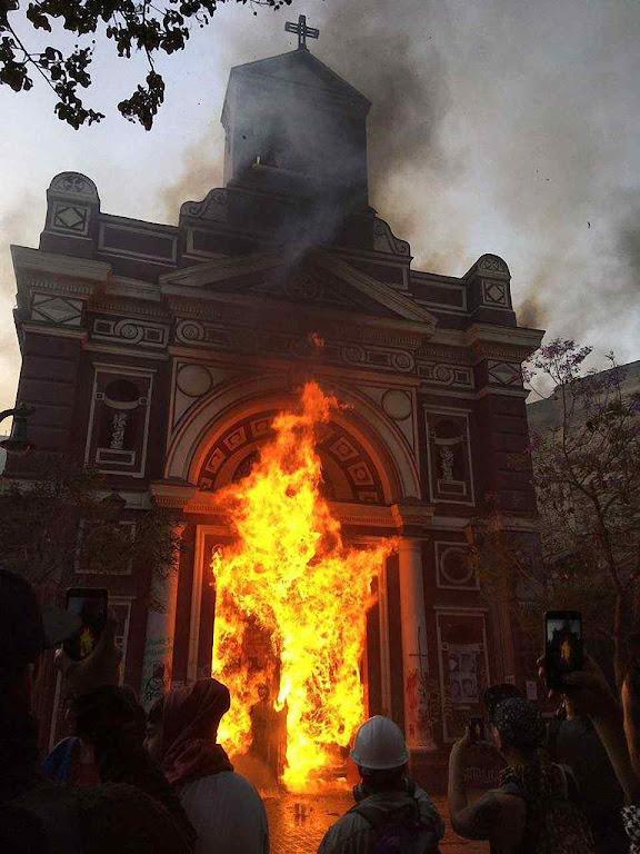 Igreja da Veracruz incendiada no centro de Santiago de Chile, 2019. O ódio demoníaco nas revoluções latino-americanas se patenteia.