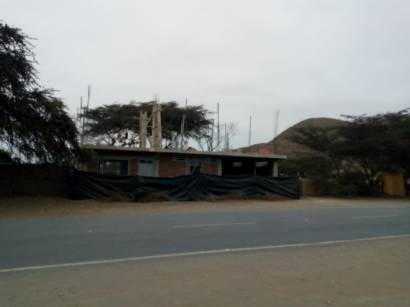 Construcción frente a Huacas de Moche