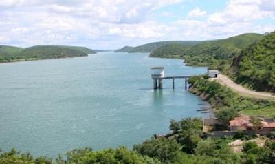 Casal faz manutenção no TAU para melhorar  abastecimento d'água em 18 municípios da Bacia Leiteira de Alagoas