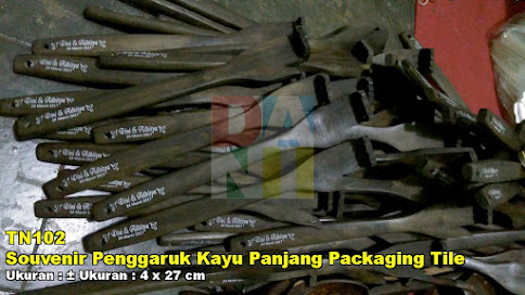Souvenir Penggaruk Kayu Panjang Packaging Tile