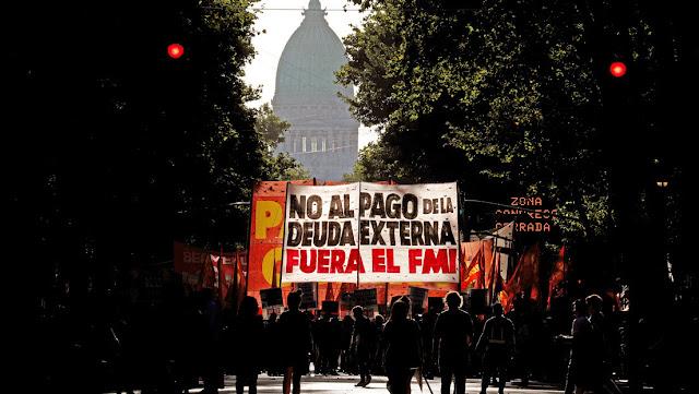 Se complican las negociaciones de Argentina: tenedores de bonos extranjeros rechazan su plan para reestructurar la deuda