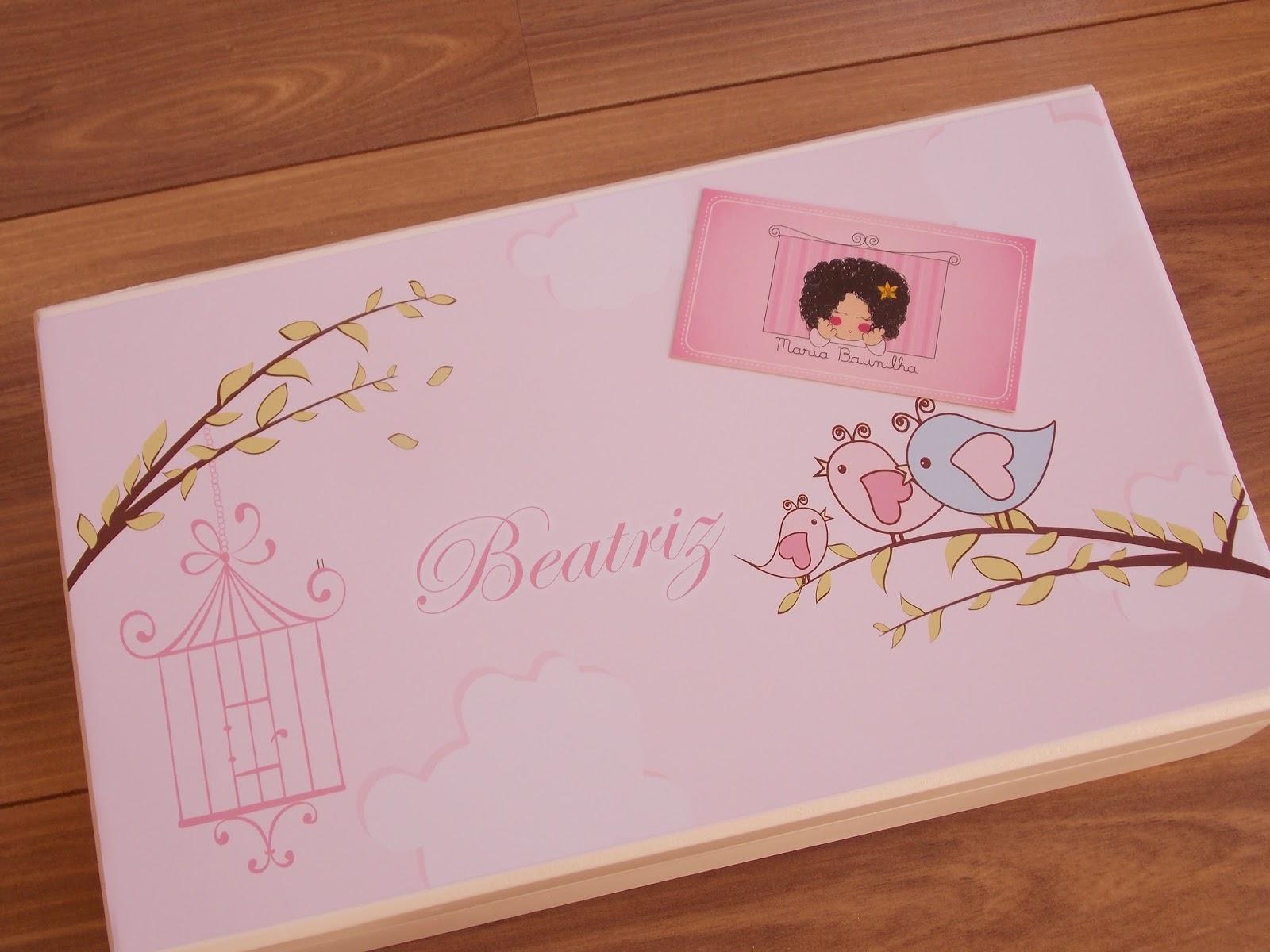 Caixa de madeira com rótulo personalizado para a maternidade de  #82462E 1600x1200