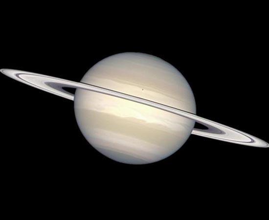 SATURNO  A foto mostra o planeta Saturno, do Sistema Solar. A foto é importante pois tem uma informação extra. Especialistas acreditam que esta imagem mostra a cor real do planeta. Saturno é formado por gelo de amônia e gás metano. Seus anéis são formados por gelo e poeira. A foto foi capturada pelo Hubble em 1998.