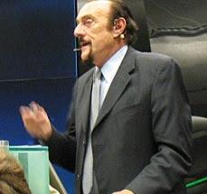 """صورة الدكتور """"فيليب زيمباردو"""" Philip Zimbardo  الذي قام بتجربة سجن جامعة ستانفورد الشهيرة"""