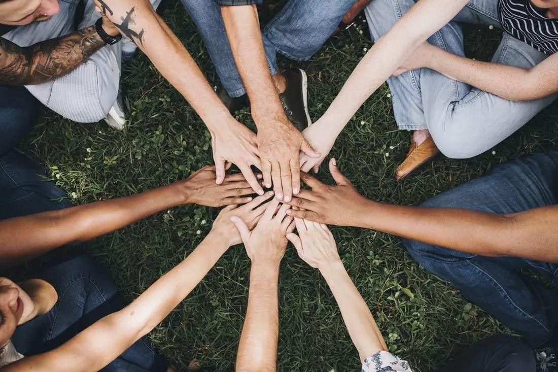 pessoas dando as mãos