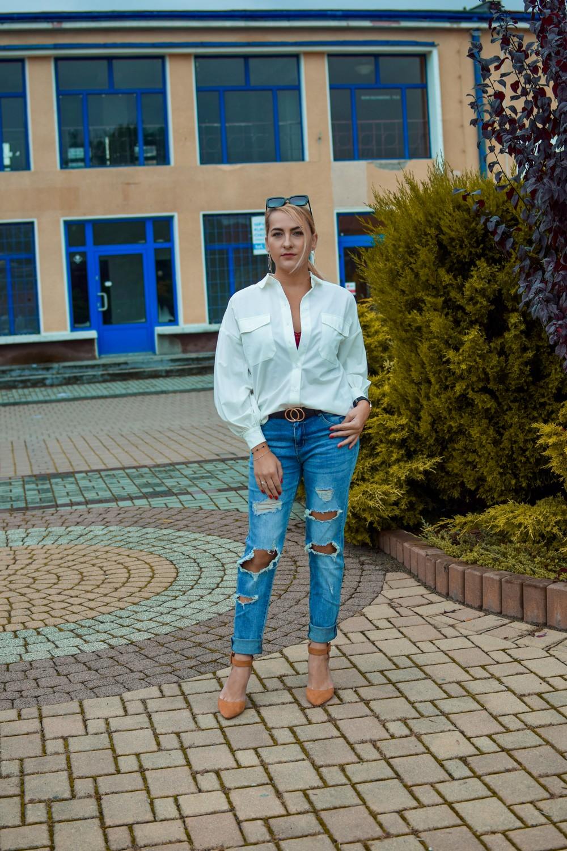 Klasyczna stylizacja jeansy z białą koszulą