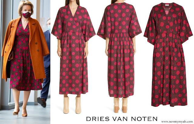CASA REAL BELGA - Página 43 Queen-Mathilde-wore-DRIES-VAN-NOTEN-Faux-Wrap-Cotton-Dress
