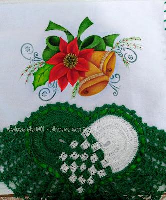 pano de copa com coração de croche e pintura de sinos de natal