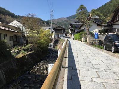 田沢温泉街 石畳の狭い道