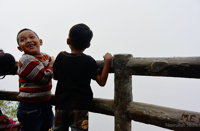 Anak-anak kecil sumringah di pagi hari